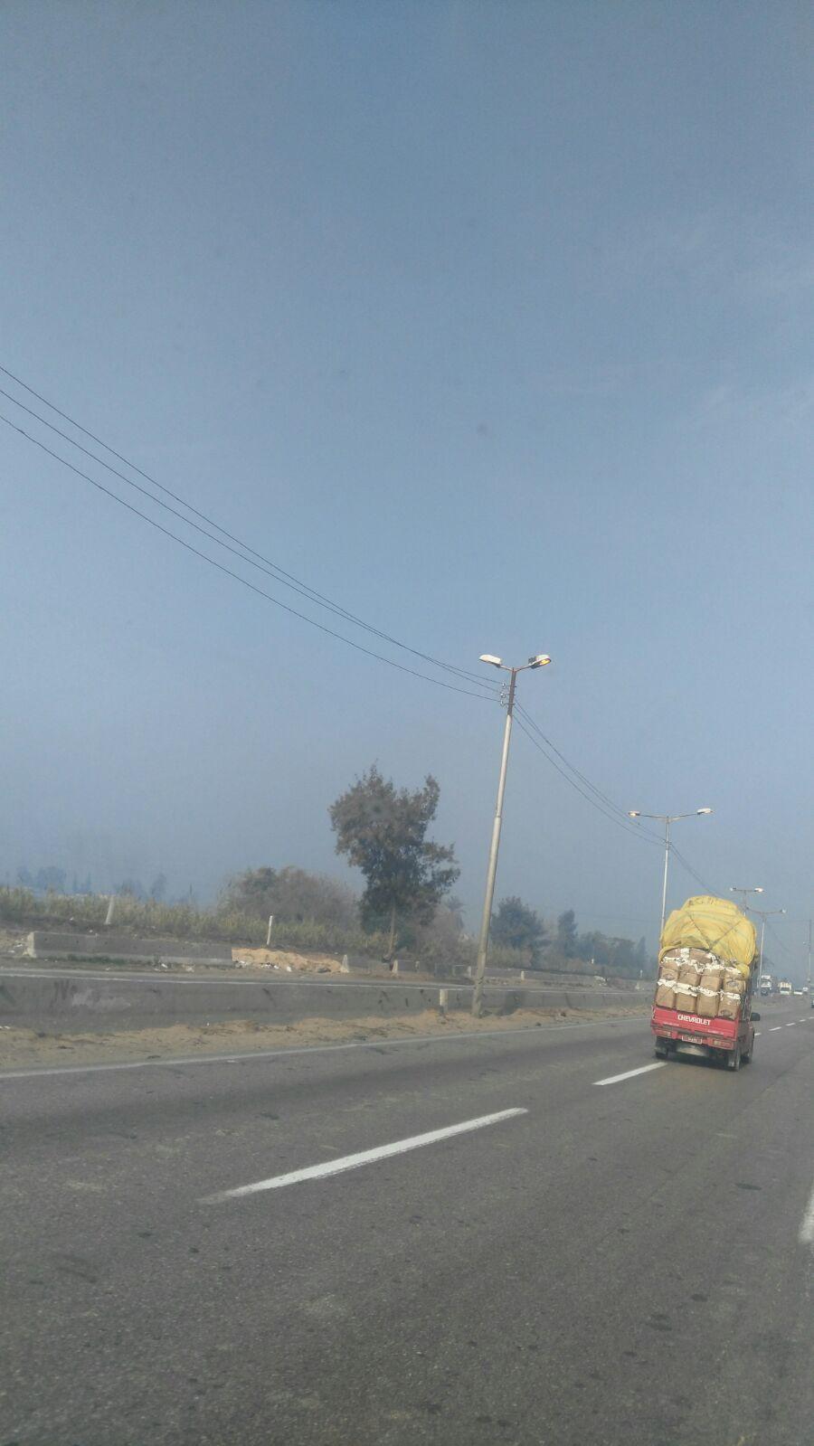 إضاءة أعمدة الإنارة على القاهرة ـ الإسكندرية الزراعي في وقت النهار