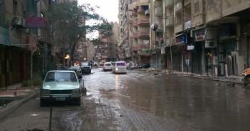 طفح المجاري بشارع في فيصل.. وكابلات كهرباء بالمياه تهدد حياة المواطنين