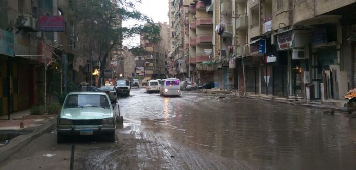 📷| الصرف يضرب شارع بفيصل.. وكابلات الكهرباء بالمياه تهدد حياة المواطنين