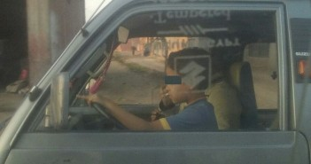 طفل يقود سيارة في أشمون.. ومواطنة «عمله في سن مبكر ضد حقوقه»