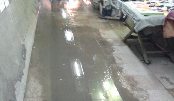 بالصور.. طريق المواطنين عبر نفق المؤسسة بشبرا «غرقان في المجاري»