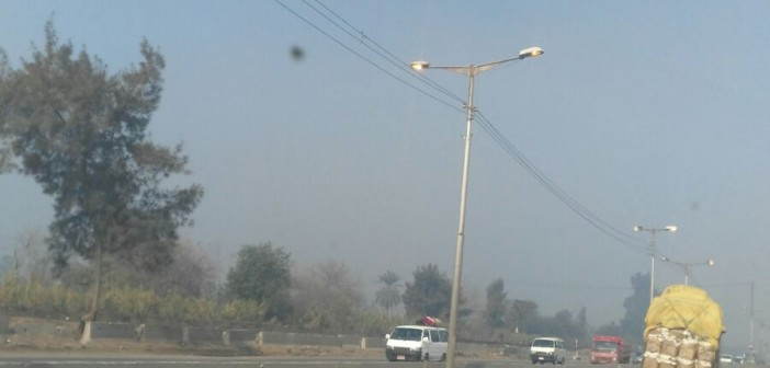 بالصور.. إضاءة أعمدة الإنارة على القاهرة ـ الإسكندرية الزراعي في وقت النهار