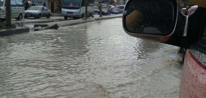 بالصور.. غرق ميدان الكيلو 21 بالإسكندرية في مياه الأمطار