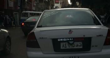 صاحب سيارة يتلاعب في لوحة أرقامها.. ويتحرك بحرية بشوارع القاعرة