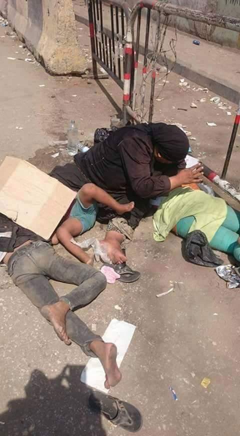 في عز البرد.. سيدة وأطفال ينامون على رصيف موقف بنها بلا مأوى