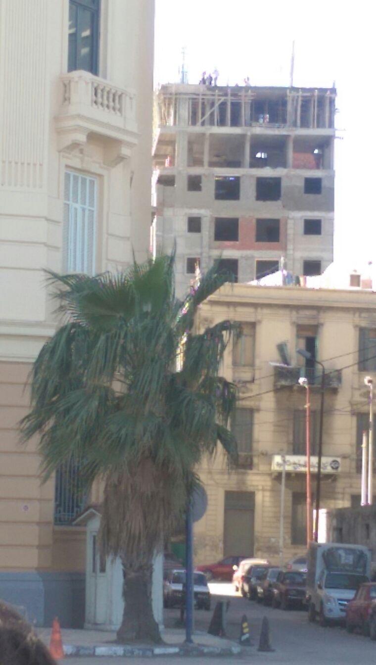 مواطن يلتقط صورة لعقار مخالف بالإسكندرية: الحي تجاهل شكوانا