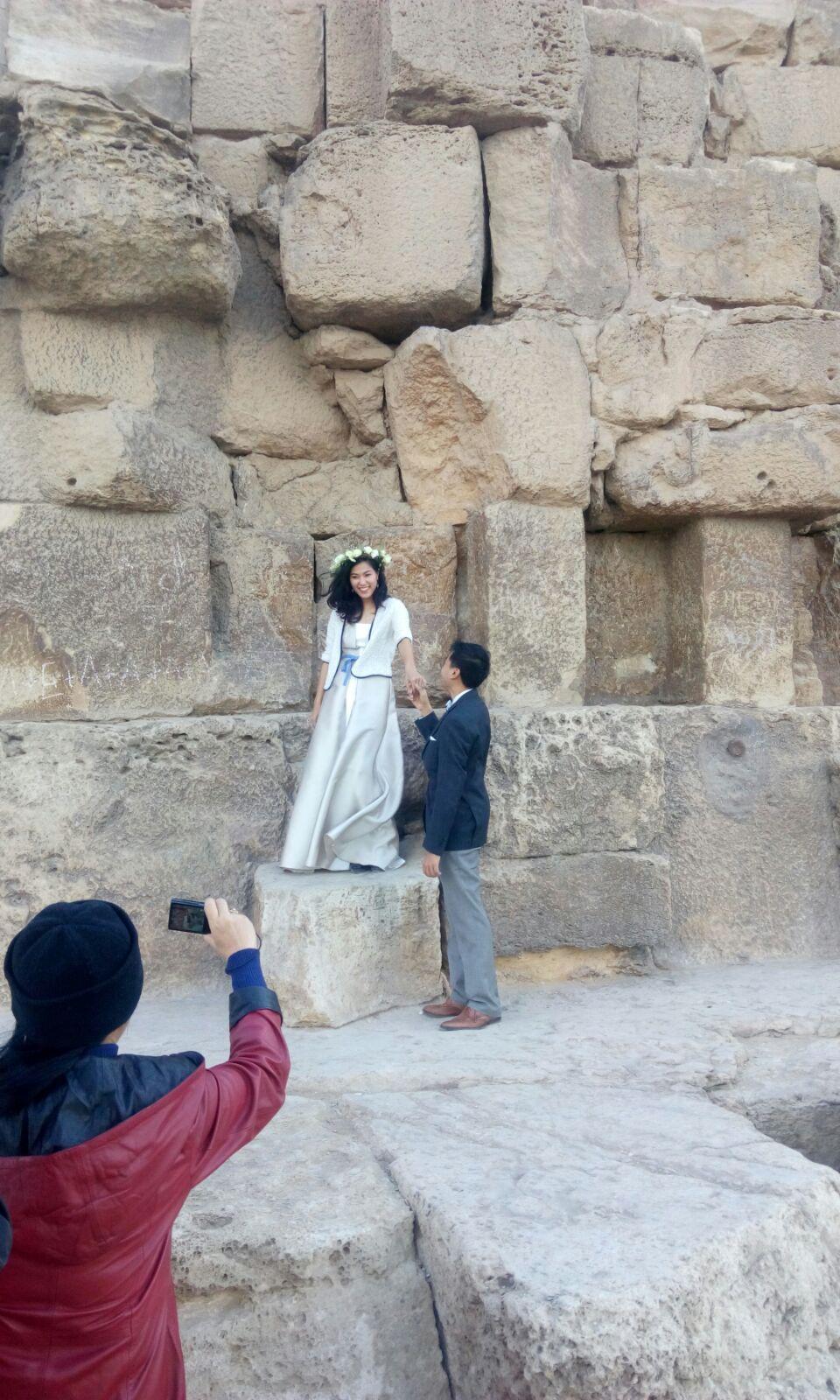عروسان من الصين يحتفلان بزواجهما والعام الجديد تحت سفح الأهرامات
