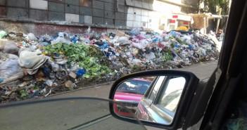 القمامة تغرق شوارع عزبة سعد بالإسكندرية.. وتحاصر محطة الترام