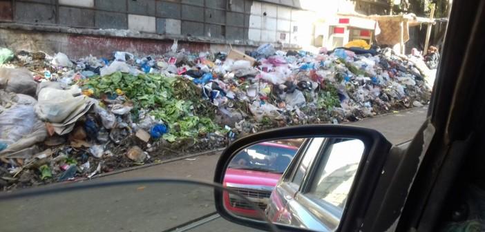 بالصور.. القمامة تغرق شوارع عزبة سعد بالإسكندرية.. وتحاصر محطة الترام