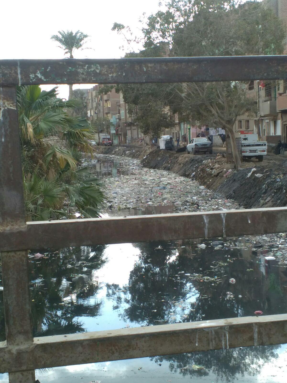 بالصور.. ترعة ملوثة بحي الصيفية بالفيوم تثير غضب المواطنين