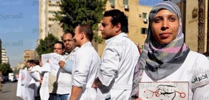 أطباء الامتياز بالإسكندرية يفكون إضرابهم بعد اعتذار العميد والاستجابة لمطالبهم