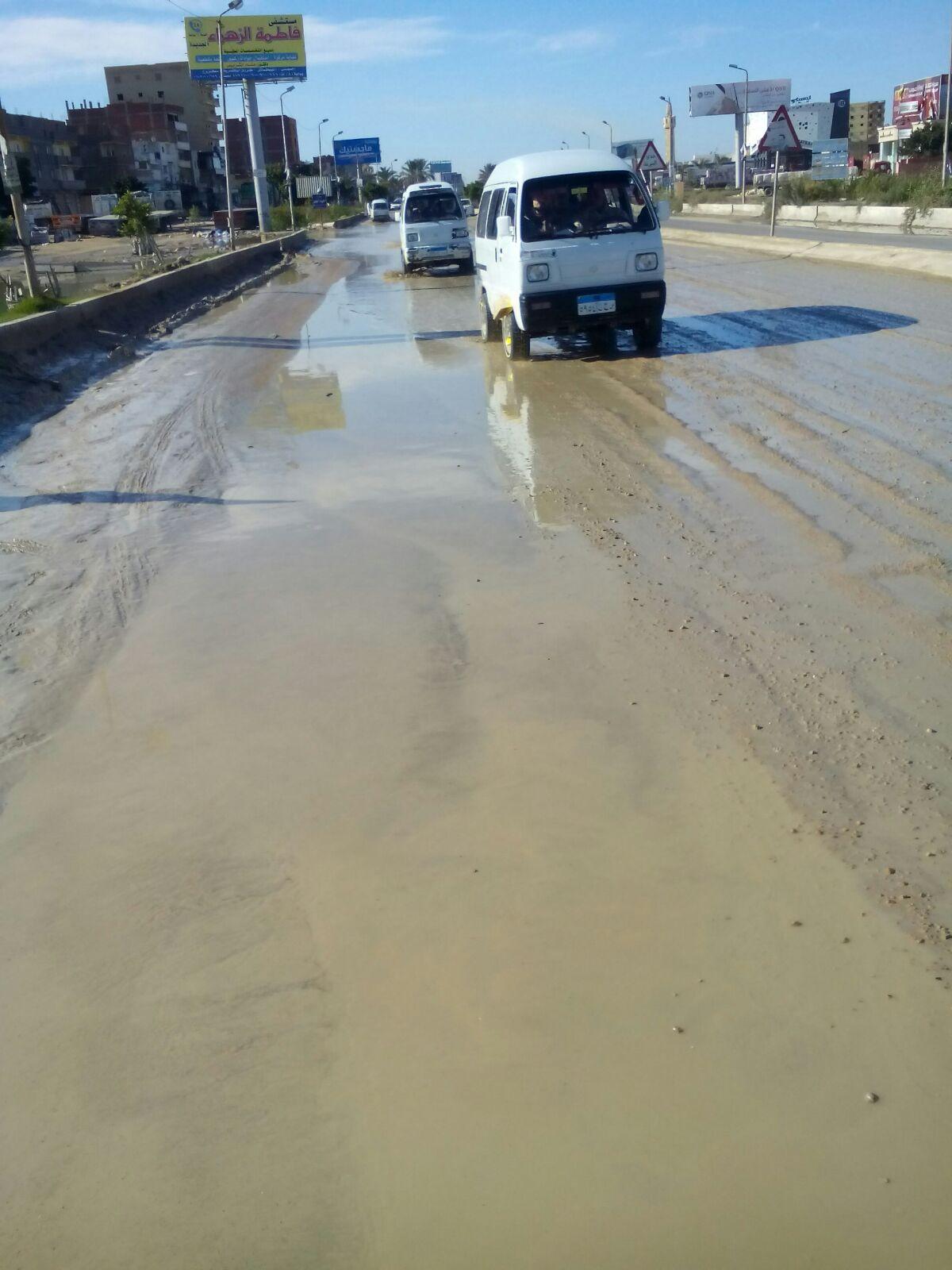 بالصور.. غرق مناطق على طريق الإسكندرية ـ مطروح في الصرف الصحي