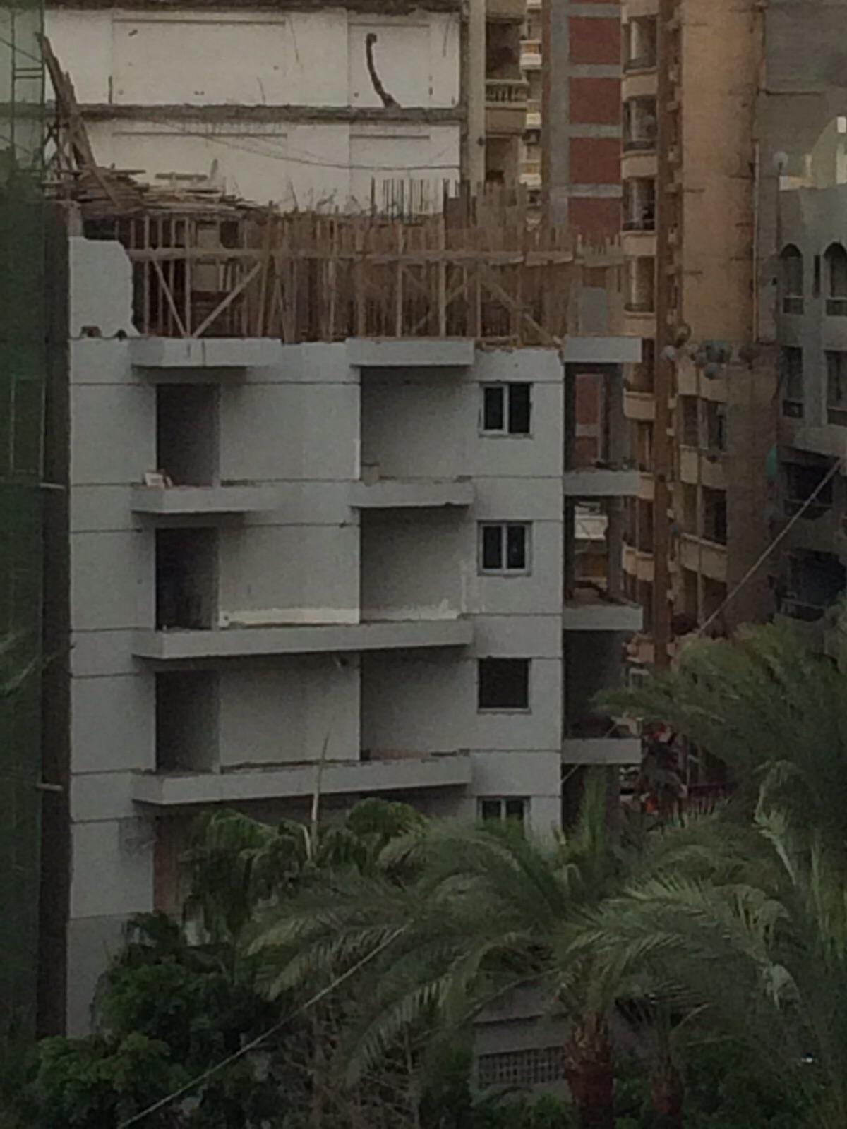 عودة العمل في عقار مخالف بالإسكندرية بعد صدور قرار بإزالة أدوار منه