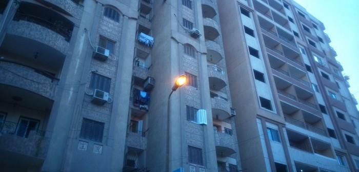 📷| بالصور.. فواتير الكهرباء «نار».. وأعمدة إنارة بحلوان مضاءة نهارًا