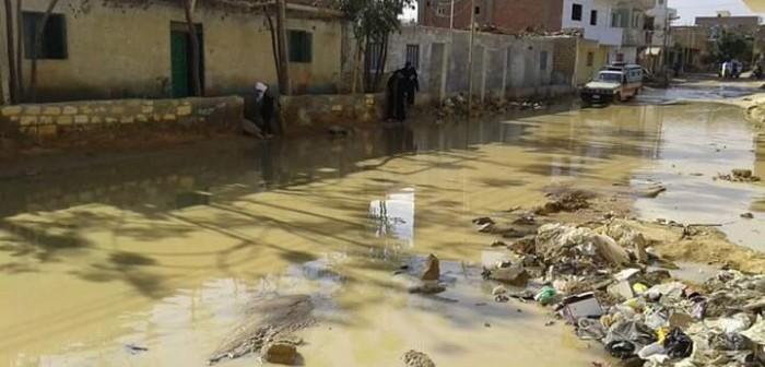 بالصور.. غرق «فنارة» في الصرف.. ومواطن: رئيس مدينة فايد قال «خلي الشكوى تنفعكم»