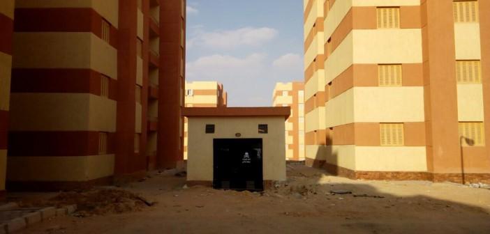غرفة كهرباء تغلق ممر عقار بمدينة بدر.. وسكان: لا ندخل ولا نخرج (صورة)