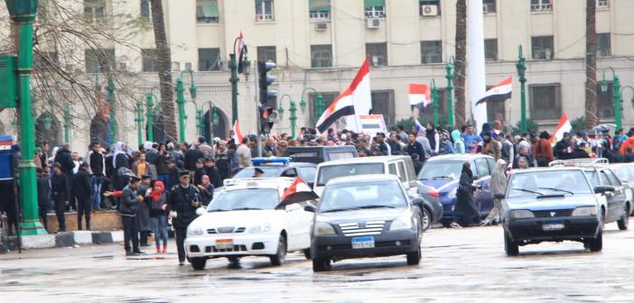 بالصور.. #خمس_سنين_ثورة.. عشرات يحتفلون بالذكرى في التحرير «في حماية الأمن»