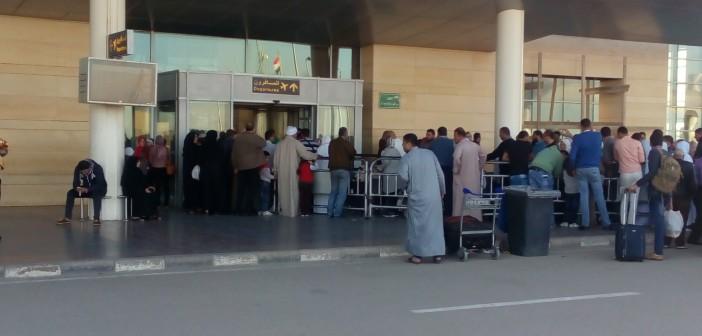 مواطن: تكدس المسافرين بمطار برج العرب.. وشرطي واحد يطالع جوازاتهم