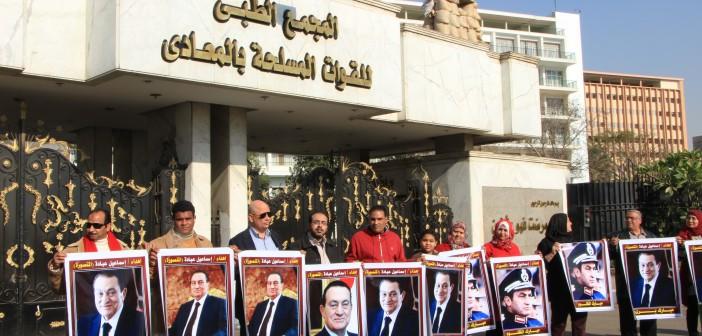 بالصور.. أنصار مبارك يتظاهرون أمام «المعادي العسكري» في ذكرى تنحيه
