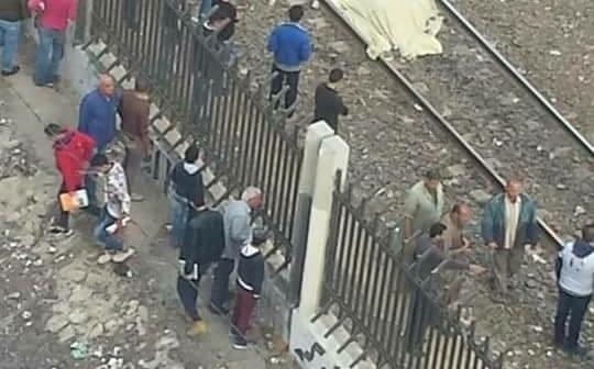 مصرع شاب صدمه قطار بالإسكندرية.. «فيس بوك»: انتحر.. والشرطة: «مختل عقليًا» (صور)
