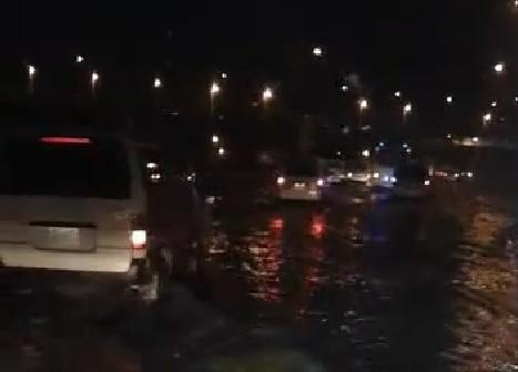 ▶| بالفيديو.. أمطار غزيرة تغرق شوارع العاشر من رمضان