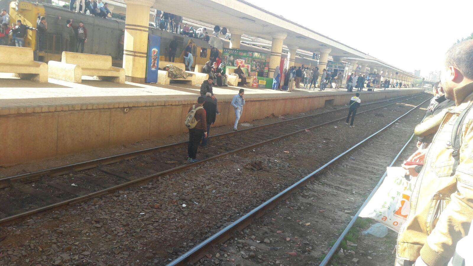 فوضى بمحطة طنطا.. ركاب يواجهون القطارات على القضبان لشدة الزحام