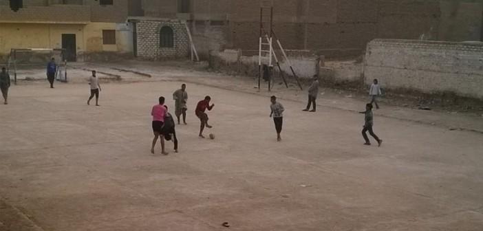 📷| في شمال قنا.. أطفال يلعبون كرة القدم على أرضية ترابية في مبنى متهالك