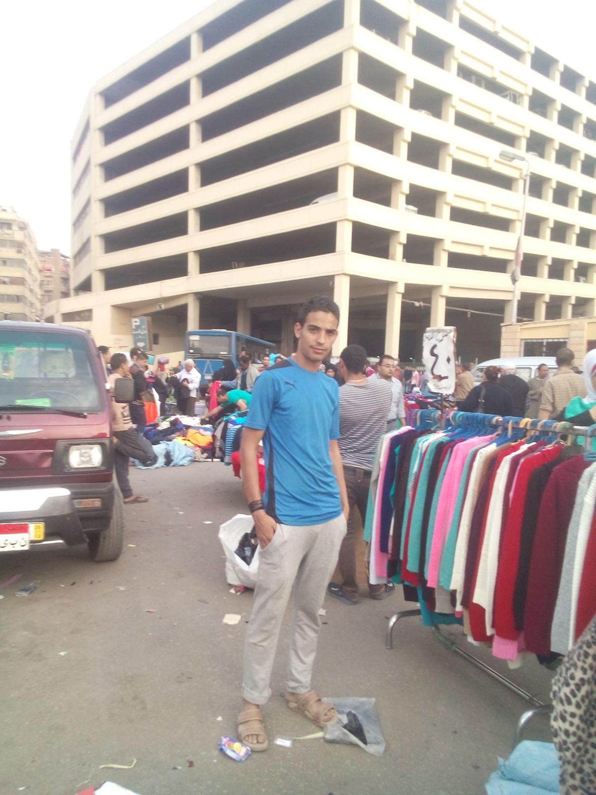 شاب من بني سويف يعمل بائعًا متجولا بالعتبة يكتب قصته مع البلدية: «مفيش فرصة»