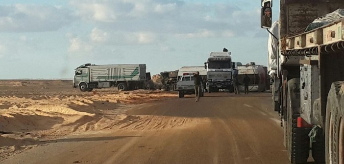 بالصور.. انقلاب سيارتي زيوت ووقود على طريق أسيوط الصحراوي.. ولا ضحايا
