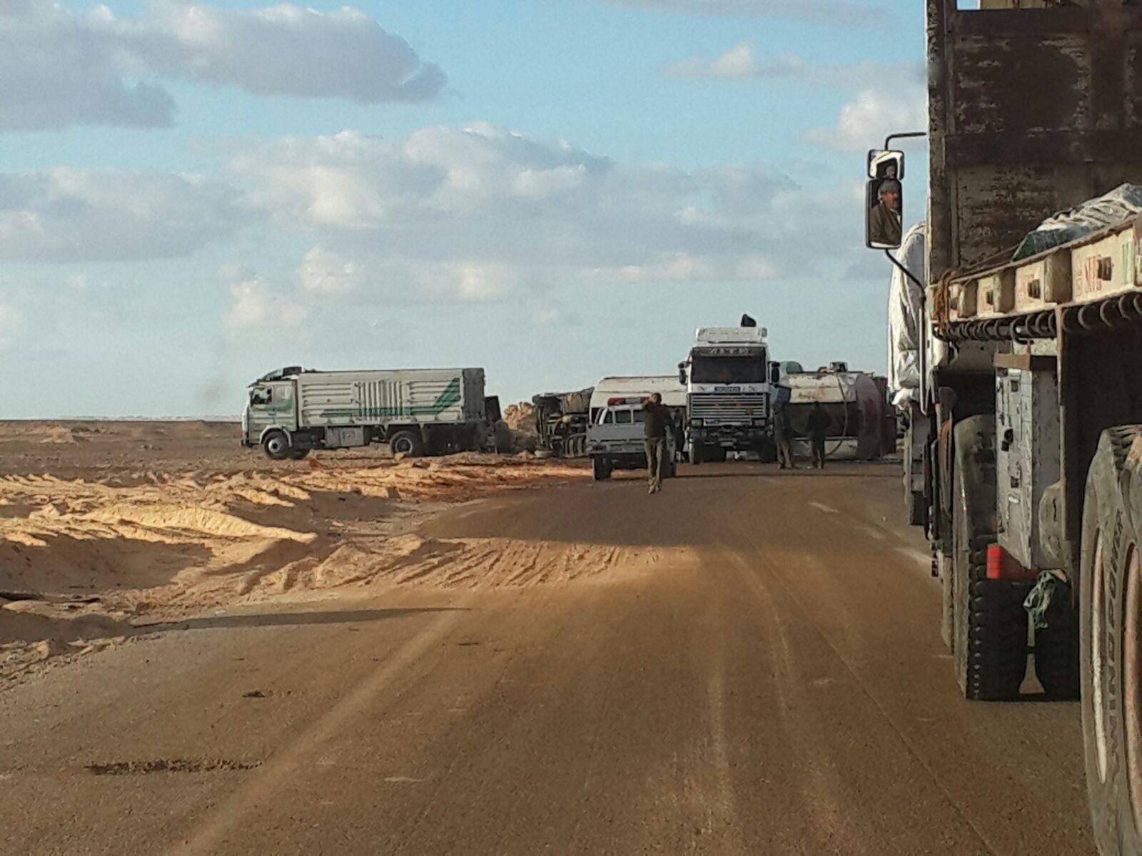 تصادم بين سيارتي تحملان زيوت ووقود على طريق أسيوط الصحراوي