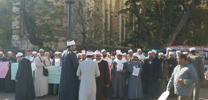 بالصور.. أئمة وخطباء «المكافأة» يتظاهرون أمام مسجد الفتح لمساواتهم في الرواتب