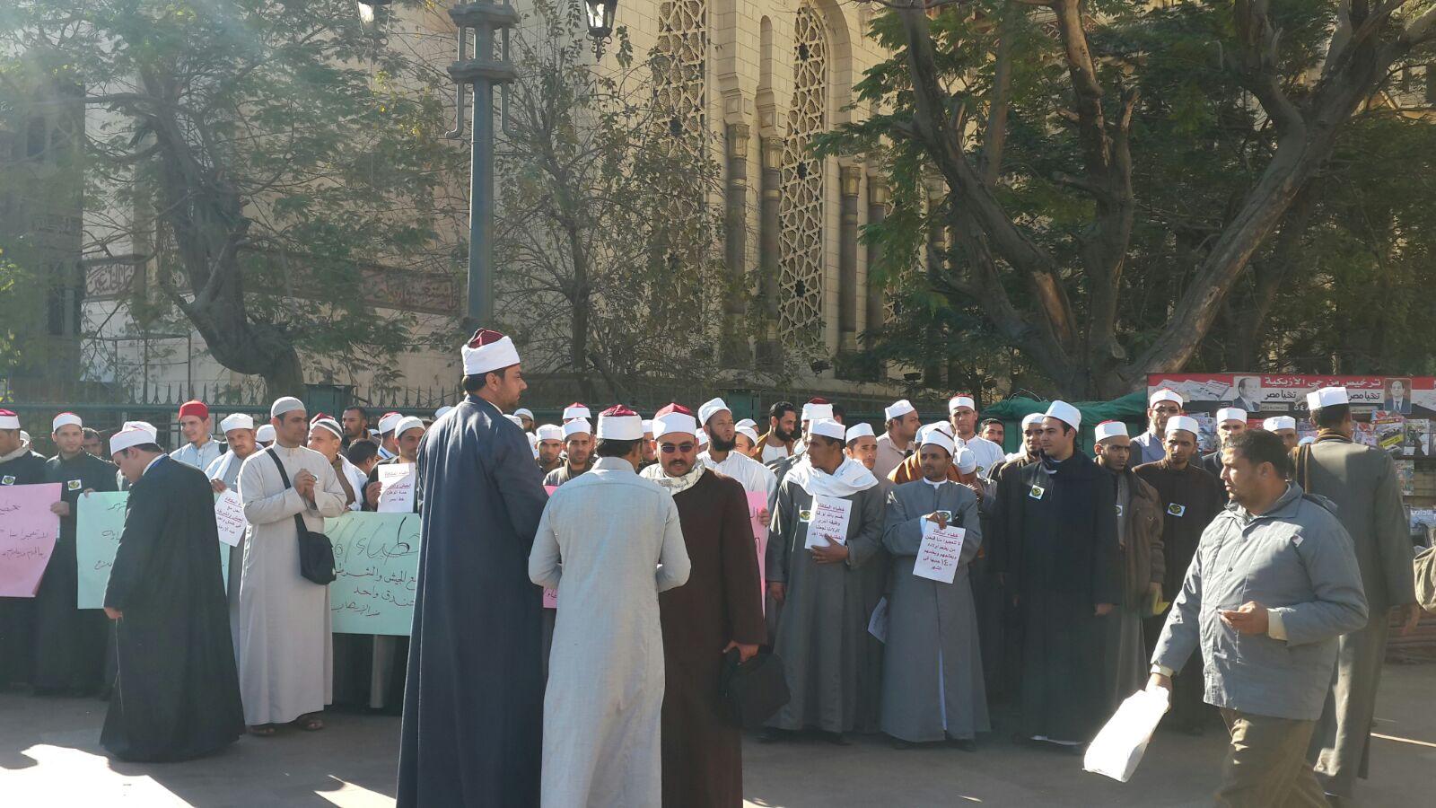 عشرات من «أئمة وخطباء المكافأة» يطالبون بمساواتهم برواتب المعينيين