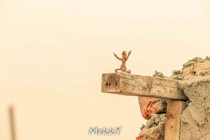 «زقرم».. مصور شاب يصنع بطل خارق من مسمار وأسلاك قديمة
