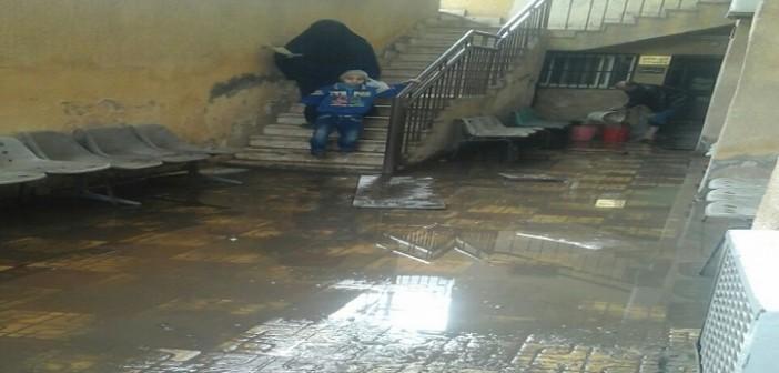 بالصور.. طالبة ترصد إهمال الوحدة الصحية بالكوم الأخضر.. وطفح المياه