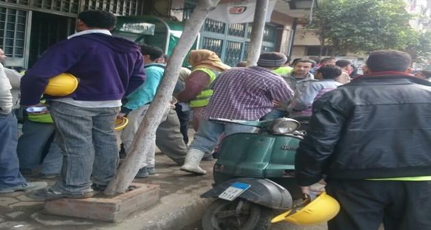 بالصور.. غضب عاملين بـ«أوراسكوم» لعدم صرف رواتبهم بسبب خطأ بالبنك الأهلي