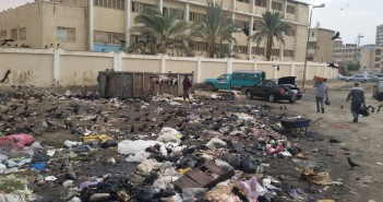 تجمعات للقمامة أمام مدرسة بالسويس.. ومواطن يسأل: أين الحي؟