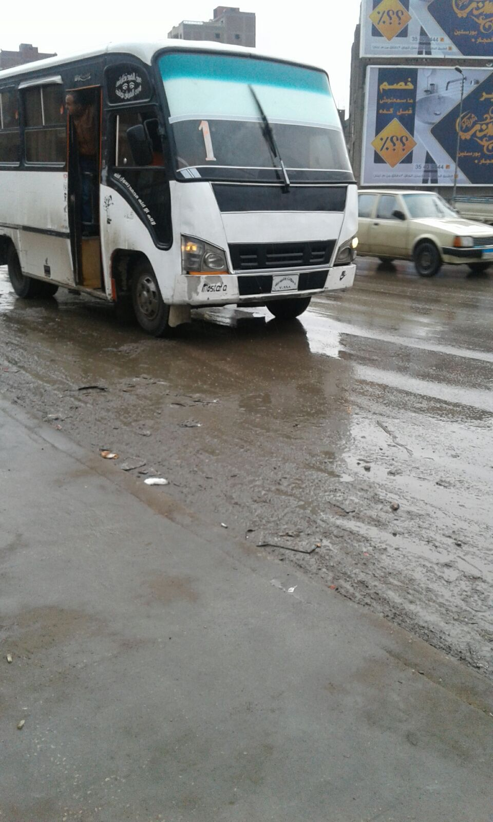 سقوط أمطار عَ الدائري.. وارتباك الحركة المرورية
