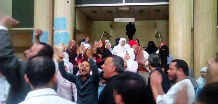 بالصور.. وقفة احتجاجية للعاملين بقصر العيني ضد «ظلم» مدير المستشفى