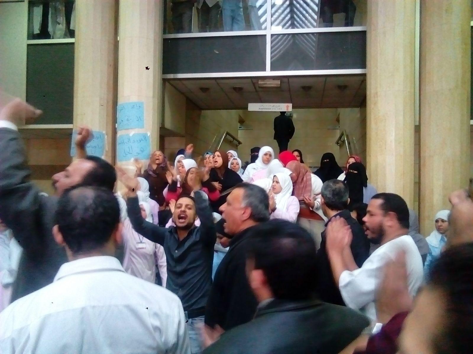 وقفة احتجاجية للعاملين بقصر العيني ضد «ظلم» مدير المستشفى