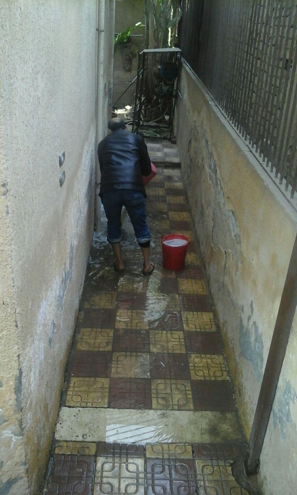 طالبة ترصد إهمال الوحدة الصحية بالكوم الأخضر.. وطفح المياه