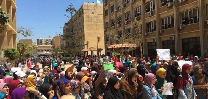صور | مظاهرة طلابية بجامعة الإسكندرية لرفض اتفاقية «تيران وصنافير»