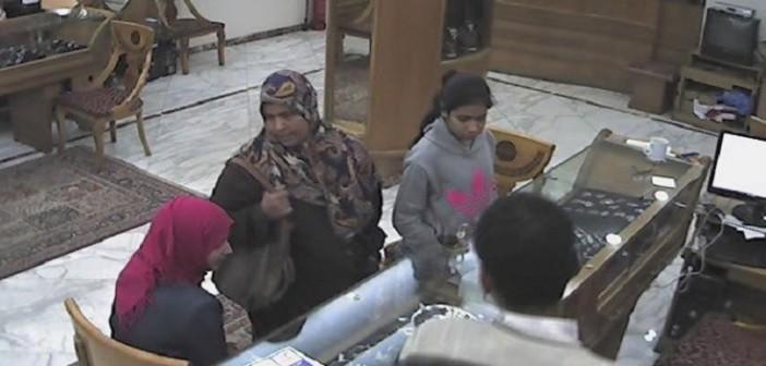▶| بالفيديو.. كاميرا مراقبة توثق سرقة عصابة نسائية ذهبًا من محل بالإسكندرية