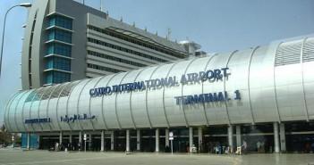 راكب يشكو إهمال دورات المياه في مطار القاهرة