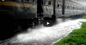 فيديو.. قطارات الإسكندرية ـ مطروح تعبر «بحيرة» مجاري.. وقرية «التفتيش» دون شبكة صرف