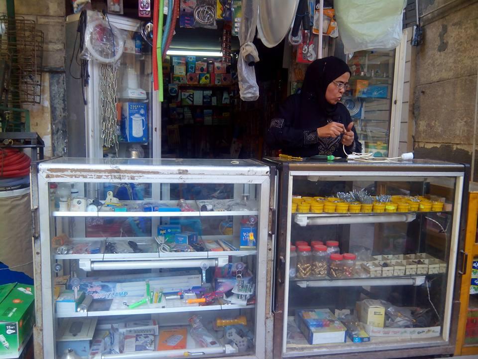 زكية.. «كهربائية» سكندرية بأمر الظروف: «البنات عندهم للشغل حماس عن الشباب»