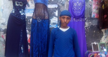 بلال.. بائع «الفرح» على رصيف شوارع كرموز (صور)