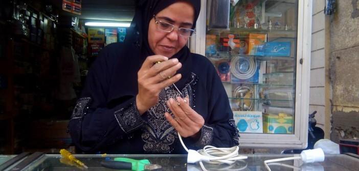 صور| زكية.. «كهربائية» بأمر الظروف: «البنات عندهم حماس للشغل عن الشباب»