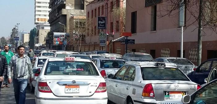 بالصور والفيديو.. سائقو التاكسي الأبيض VS «أوبر وكريم» وبينهما مجلس الدولة والمرور