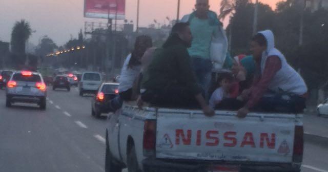 📷| مواصلات غير آمنة.. «نصف نقل» مصر الجديدة تعرض حياة ركابها للخطر