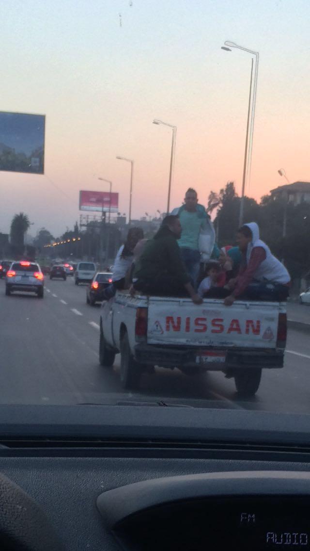 مواصلات غير آمنة.. سيارات نصف نقل بشوارع مصر الجديدة تعرض حياة ركابها للخطر